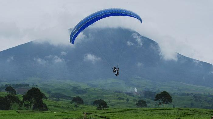 Enjoy the beauty of Pagaralam from above with Paragliding